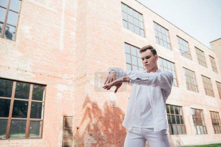 Foto de Bailarín joven guapo de blanco bailando en la calle - Imagen libre de derechos