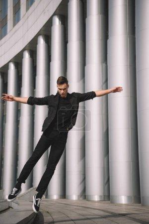 Photo pour Jeune danseuse contemporaine, sauter dans la danse sur la rue - image libre de droit