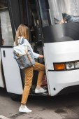 """Постер, картина, фотообои """"вид сзади женского туриста с рюкзаком, ходить в туристический автобус на улице"""""""