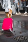 """Постер, картина, фотообои """"частичное представление о женщине ношение колесных сумка на улице города"""""""