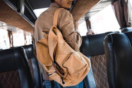 Foto de Vista parcial de joven turista masculino con mochila en el autobús del recorrido - Imagen libre de derechos