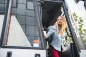 """Постер, картина, фотообои """"выборочный фокус женского туриста с рюкзаком, глядя из путешествия автобус на городской улице"""""""