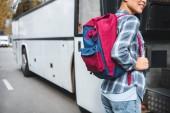 """Постер, картина, фотообои """"частичный вид женской туристической с рюкзаком, войдя в автобус путешествия на городских д.47"""""""
