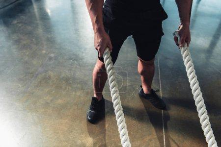 Ausgeschnittene Sicht auf Sportler, die mit Kampfleinen trainieren