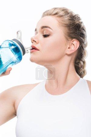 Photo pour Jeune femme en surpoids l'eau potable de la gourde de sport isolé sur blanc - image libre de droit