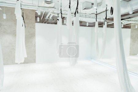 Photo pour Studio spacieux blanc clair équipé pour le yoga antigravité - image libre de droit