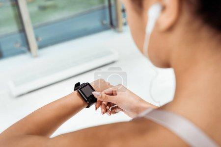 Foto de Vista parcial de niña usando fitness tracker - Imagen libre de derechos