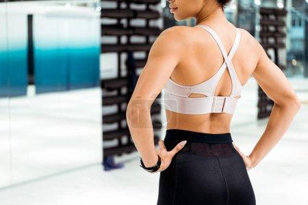 Foto de Vista trasera recortada de chica en ropa deportiva en gimnasio - Imagen libre de derechos