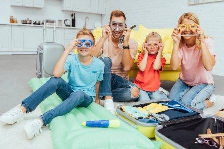 Photo pour Héhé en natation Masques regardant la caméra et se présentant en emballage pour les vacances d'été, voyage concept - image libre de droit