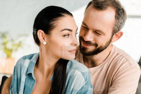 Photo pour Portrait de jolie femme et mari souriant - image libre de droit