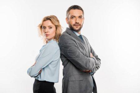 Photo pour Homme d'affaires professionnel confiant et femme d'affaires debout avec les bras croisés et regardant la caméra isolée sur blanc - image libre de droit