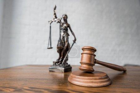 Photo pour Gros plan de juge statue gavel et themis sur table en bois - image libre de droit