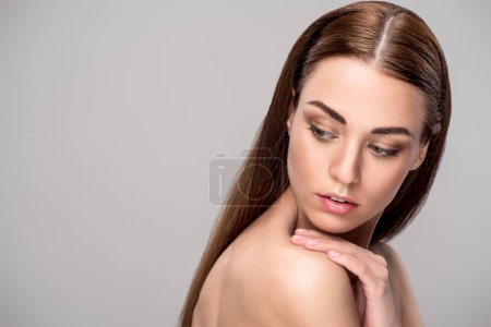 belle fille nue tendre avec une peau parfaite, isolée sur fond gris