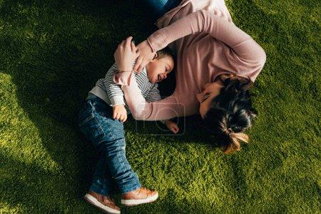 wysoki kąt widzenia szczęśliwa matka i syn, Układanie na piętrze w domu