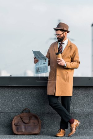 homme d'affaires prospère avec café pour aller lire le journal