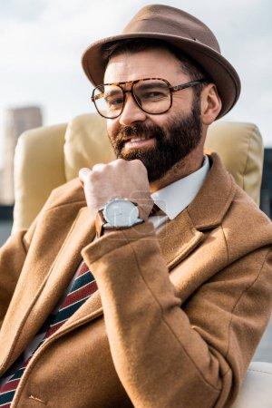 Photo pour Gros plan de l'homme d'affaires souriant dans les lunettes et le chapeau - image libre de droit