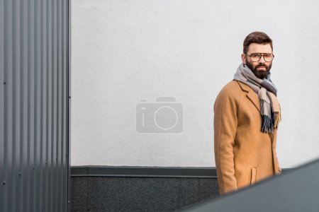 Photo pour Homme d'affaires confiant debout dans le manteau et l'écharpe - image libre de droit