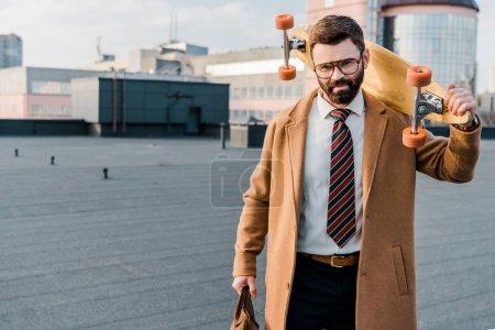 Photo pour Homme d'affaires prospère, debout dans des verres avec jury de penny dans la main - image libre de droit