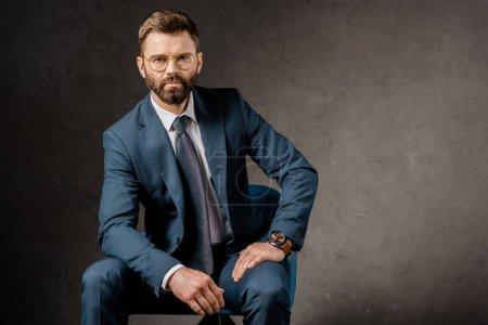 Foto de Hombre de negocios acertado en gafas y traje - Imagen libre de derechos