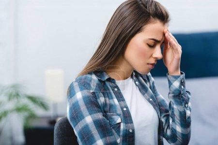 Photo pour Jeune femme malade souffrant de maux de tête à la maison - image libre de droit