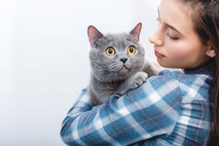 Photo pour Jeune femme tenant shorthair britannique gris belle chat - image libre de droit