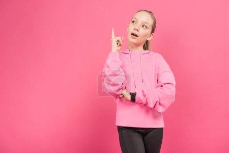 Photo pour Blonde enfant sportive vers le haut et avoir idée, isolé sur Rose - image libre de droit