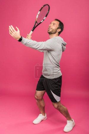 Photo pour Beau tennisman avec une raquette, isolée sur Rose - image libre de droit