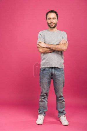 Photo pour Heureux bel homme posant avec les bras croisés, Rose - image libre de droit