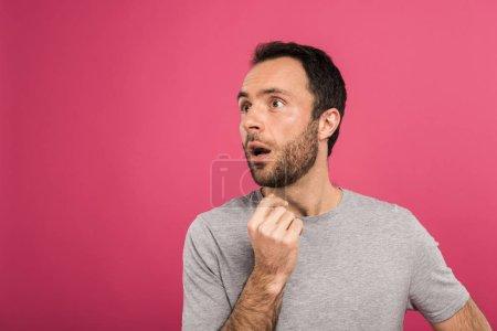 Foto de Retrato de hombre sorprendido, mirando a un lado, aislado en rosa - Imagen libre de derechos