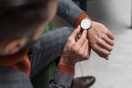 Photo pour Gros plan de l'homme dans les réglage montre tenues sur place - image libre de droit