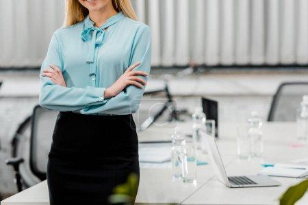 Photo pour Recadrée tir de femme d'affaires en tenues avec les bras croisés dans le bureau - image libre de droit