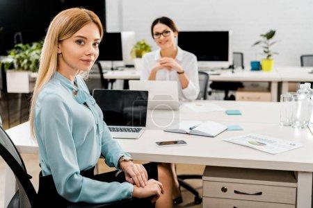 Photo pour Femmes d'affaires au lieu de travail avec ordinateurs portables au bureau - image libre de droit