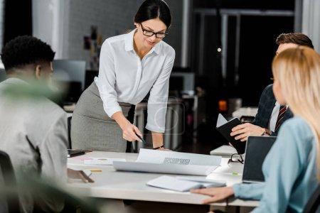 Foto de Empresarios multiétnicos con discusión durante la reunión en la oficina - Imagen libre de derechos