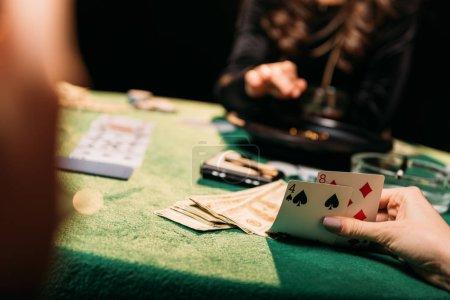 Foto de Recortar imagen de niñas jugando poker en mesa de casino - Imagen libre de derechos