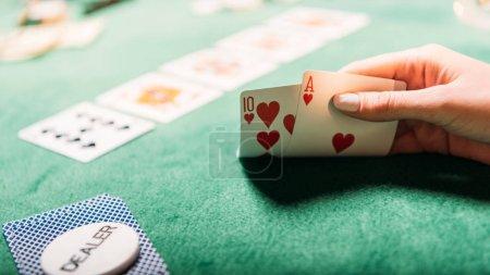 Photo pour Image recadrée de fille joue au poker et en possession de cartes de casino - image libre de droit