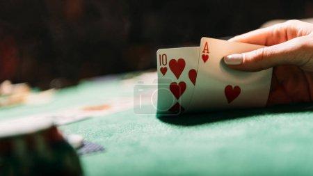 Photo pour Image recadrée de femme joue au poker et en possession de cartes de casino - image libre de droit