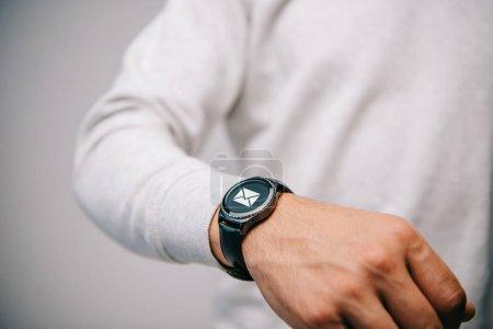 Photo pour Vue partielle de l'homme avec la montre-bracelet avec l'icône d'e-mail - image libre de droit