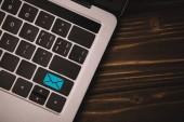 """Постер, картина, фотообои """"крупным планом вид сверху ноутбук клавиатура с электронной почты значок на кнопке"""""""