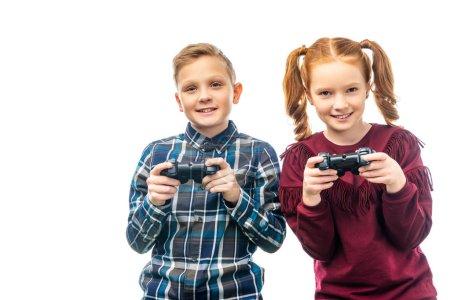 Foto de Niños sonrientes sosteniendo gamepads y mirando a cámara aislada en blanco - Imagen libre de derechos