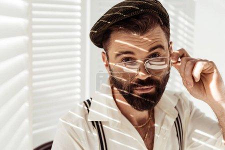 Photo pour Bel homme barbu, regardant la caméra sur les verres - image libre de droit