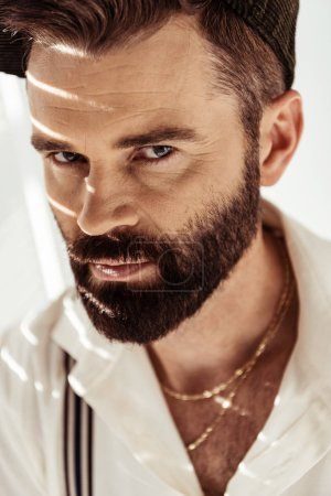 Photo pour Bel homme barbu confiant regardant la caméra - image libre de droit