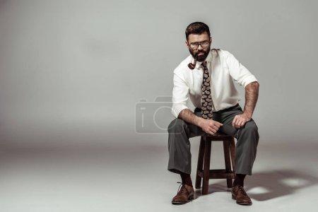 Photo pour Bel homme barbu à lunettes et chemise smoking pipe - image libre de droit