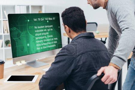 Photo pour Recadrée tir de collègues de travail à l'aide d'ordinateur de bureau en bureau - image libre de droit