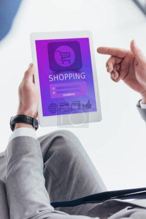 Foto de Vista parcial del empresario con tableta digital con aplicación en la pantalla de compras - Imagen libre de derechos