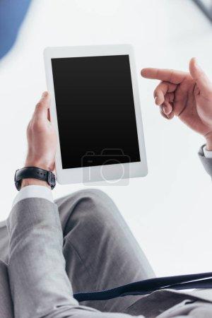 vista parcial del empresario con tableta digital con pantalla en blanco