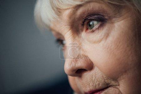 Photo pour Gros plan du triste femme senior à la recherche de suite - image libre de droit