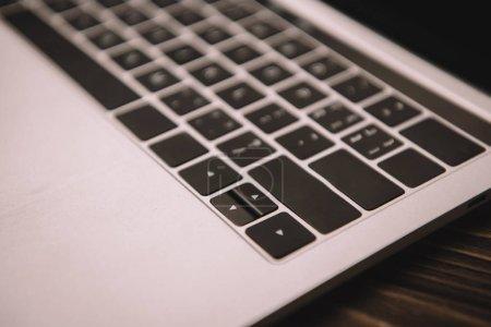 Photo pour Gros plan de clavier d'ordinateur portable sur la table en bois - image libre de droit