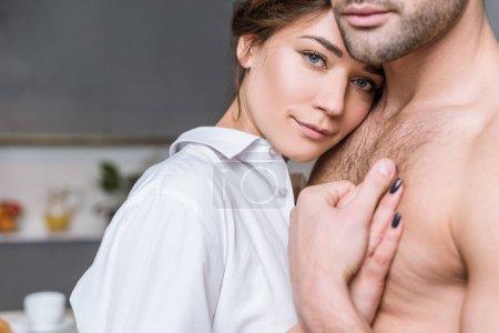 Photo pour Vue recadrée d'homme étreignant avec petite amie à la maison - image libre de droit