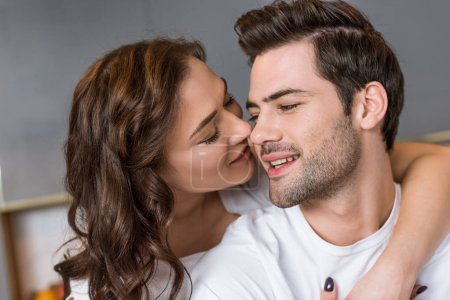 Photo pour Gros plan de attrayant copine baisers joue de beau petit ami - image libre de droit