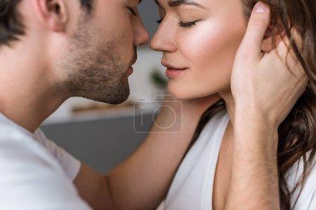 Photo pour Gros plan de femme séduisante et sensuelle homme avec des yeux fermés - image libre de droit